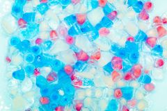 Fundo com transparente, o branco, rosa e os cubos de gelo azuis Teste padr?o fresco do ver?o Configura??o lisa fotografia de stock