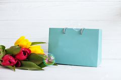 Fundo com um presente e as flores Feriado da concepção, o 8 de março, Fotos de Stock Royalty Free