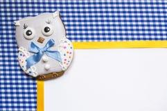 Fundo com uma coruja do mel-bolo Fotografia de Stock Royalty Free