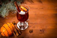 Fundo com vinho e a laranja ferventados com especiarias Imagens de Stock
