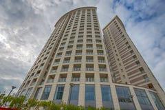 Fundo/condomínio modernos dos exteriores dos prédios de apartamentos com prédios de escritórios/condomínio ou prédio de apartamen Imagens de Stock Royalty Free