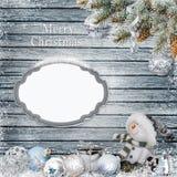 Fundo congratulatório do Natal com quadro para o texto ou a foto, o boneco de neve, os ramos do pinho e as decorações do Natal Foto de Stock Royalty Free