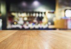 Fundo contrário de madeira do bar da cerveja da barra do borrão do tampo da mesa Foto de Stock Royalty Free