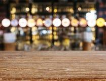 Fundo contrário de madeira do bar da cerveja da barra do borrão do tampo da mesa Imagem de Stock