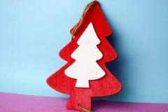 Fundo cor-de-rosa azul feliz multi-colorido brilhante bonito do Natal festivo de ano novo com um vermelho caseiro de madeira do b fotos de stock