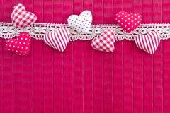 Fundo cor-de-rosa com corações pequenos Fotografia de Stock Royalty Free