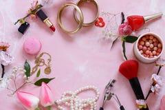 Fundo cor-de-rosa com cosméticos imagem de stock royalty free