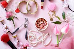 Fundo cor-de-rosa com cosméticos imagens de stock royalty free