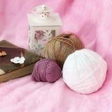 Fundo cor-de-rosa com skein, livro e lanterna Imagens de Stock Royalty Free