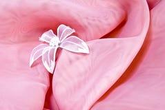 Fundo cor-de-rosa com uma flor Imagens de Stock