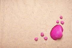 Fundo cor-de-rosa do escudo e da areia Foto de Stock Royalty Free
