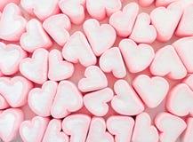 Fundo cor-de-rosa do marshmallow, muitos marshmallows dos corações, doces sob a forma dos corações do marshmallow Presente do dia foto de stock