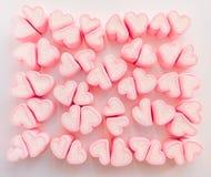 Fundo cor-de-rosa do marshmallow, muitos marshmallows dos corações, doces sob a forma dos corações do marshmallow Presente do dia imagem de stock royalty free