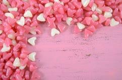 Fundo cor-de-rosa e branco dos doces da geleia da forma do coração Foto de Stock