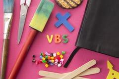 Fundo cor-de-rosa de VBS para a escola da Bíblia das férias foto de stock royalty free