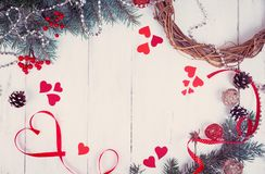 Fundo, corações e ramos do dia do ` s do Valentim de uma árvore de Natal em uma árvore branca Lugar para o texto Vista superior Imagens de Stock