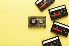 Fundo criativo com as cassetes de banda magnética de cores diferentes Imagens de Stock Royalty Free