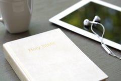 Fundo cristão de uma Bíblia e de um ipad Imagem de Stock Royalty Free