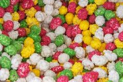Fundo cristalizado dos amendoins amendoins na textura colorido de congelamento do açúcar do caramelo fotografia de stock royalty free