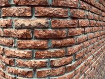 Fundo curvado da textura da parede de tijolo vermelho imagens de stock