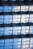 Fundo 3d geométrico reflexivo espelhado sumário Construção das escalas Fachada reticulated azul Foto de Stock Royalty Free