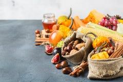 Fundo da ação de graças da colheita do outono da queda com milho da castanha da maçã da abóbora Foto de Stock Royalty Free