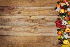 Fundo da ação de graças com abóboras, maçãs, bagas, fl branco Fotos de Stock