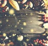 Fundo da ação de graças com neve de queda do ouro Abóboras e vários frutos do outono Quadro com os ingredientes sazonais em Thank Imagens de Stock