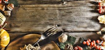 Fundo da acção de graças Abóboras e vários frutos do outono Quadro com os ingredientes sazonais no dia da ação de graças Quadro d Foto de Stock Royalty Free