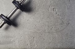 Fundo da aptidão ou do halterofilismo Pesos no assoalho do gym, vista superior foto de stock royalty free