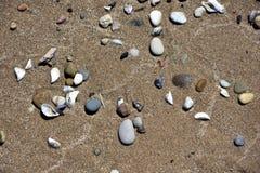 Fundo da areia e dos escudos das rochas fotos de stock royalty free