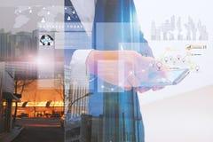 Fundo da arquitetura da cidade com o homem de negócio que usa o smartphone no primeiro plano imagens de stock royalty free