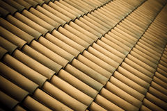 Fundo da arquitetura da textura do telhado de telhas de Brown fotos de stock