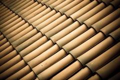 Fundo da arquitetura da textura do telhado de telhas de Brown fotografia de stock