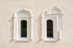 Fundo da arquitetura Janelas antigas e elementos arquitet?nicos na constru??o de StNikita em Veliky Novgorod, R?ssia foto de stock