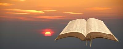 Fundo da Bíblia do céu do por do sol Imagem de Stock