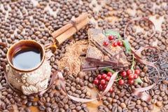 Fundo da barra de chocolate, xícara de café, avelã, para o feriado Fotografia de Stock Royalty Free