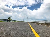 Fundo da bicicleta e da natureza, conceito do verão, resto com exercício, feriado com bicicleta imagens de stock