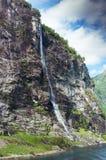 Fundo da cachoeira de sete irmãs e do céu azul noruega fotos de stock royalty free
