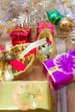 Fundo da caixa de presente do Natal e do ano novo em um de madeira Imagem de Stock Royalty Free