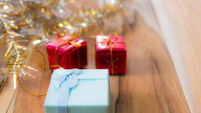 Fundo da caixa de presente do Natal e do ano novo em um de madeira Fotografia de Stock Royalty Free