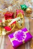Fundo da caixa de presente do Natal e do ano novo em um de madeira Fotos de Stock Royalty Free