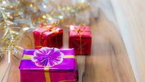 Fundo da caixa de presente do Natal e do ano novo em um de madeira Imagem de Stock