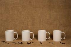 Fundo da caneca de café - canecas e feijões brancos Fotos de Stock Royalty Free