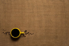 Fundo da caneca de café - vista superior com feijões Foto de Stock