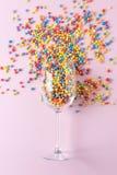 Fundo da celebração com vidro de vinho e confetes coloridos Conceito mínimo do partido foto de stock
