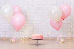 Fundo da celebração do aniversário - bolo cor-de-rosa sobre a parede de tijolo com Fotografia de Stock