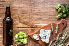 Fundo da cerveja Cerveja fresca e o queijo salgado em uma tabela de madeira Vista superior Foto de Stock Royalty Free