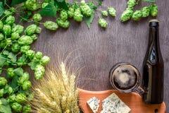 Fundo da cerveja Cerveja fresca e o queijo salgado em uma tabela de madeira Vista superior Fotos de Stock Royalty Free