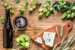 Fundo da cerveja Cerveja fresca e o queijo salgado em uma tabela de madeira Vista superior Fotografia de Stock Royalty Free